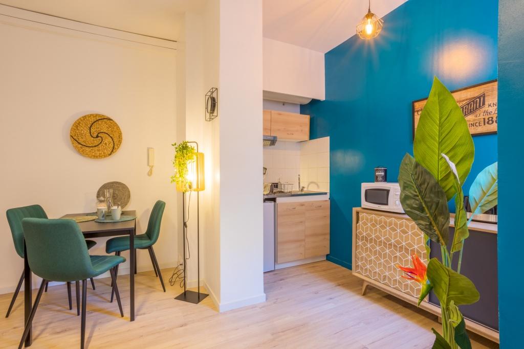 Espace cuisine et salle à manger optimisé pour la location meublée
